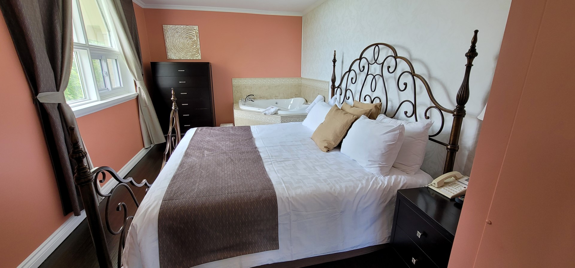 bedroom and jacuzzi in Elmhurst Pink Suite
